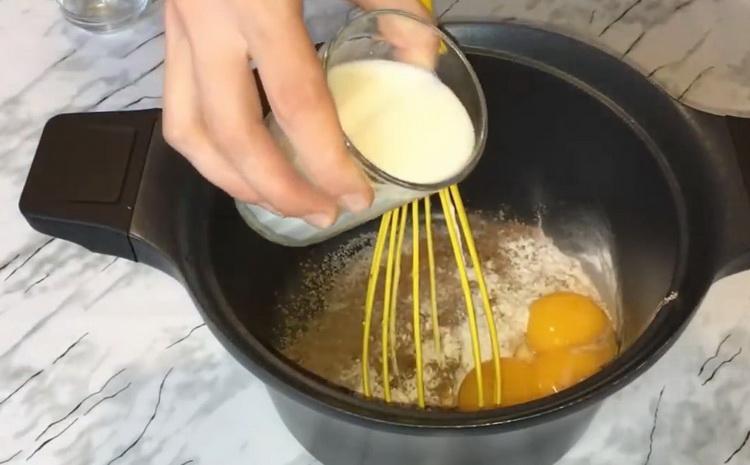 Для приготовления торта добавьте молоко