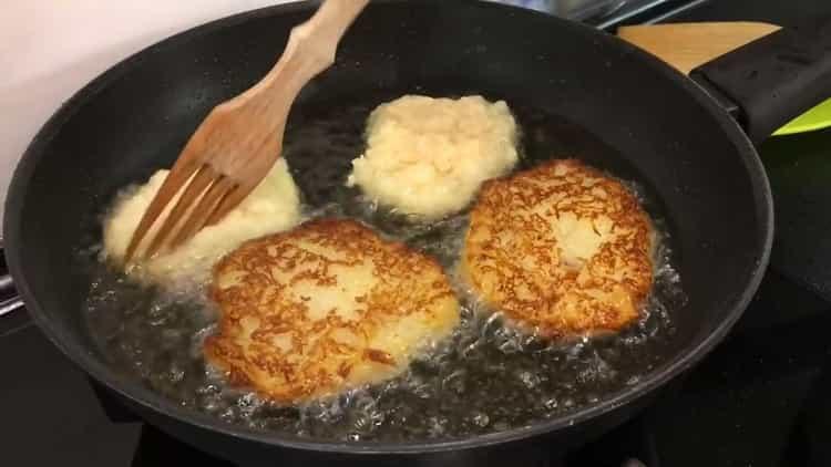 Для приготовления драников обжарьте картофель