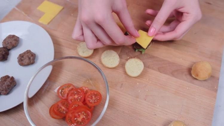 Для приготовления бургеров нарежьте ингредиенты для начинки