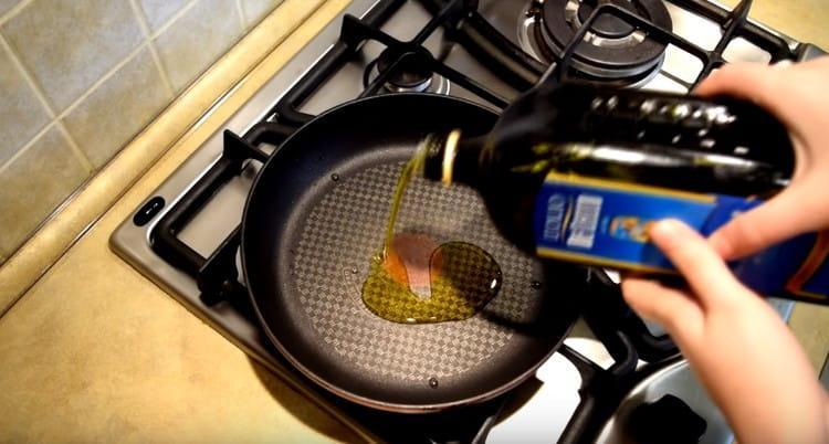 Разогреваем на сковороде оливковое масло.