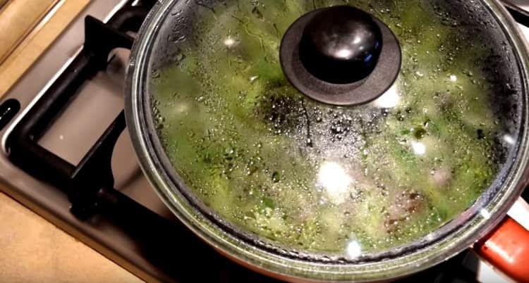 несколько минут готовим блюдо под крышкой.