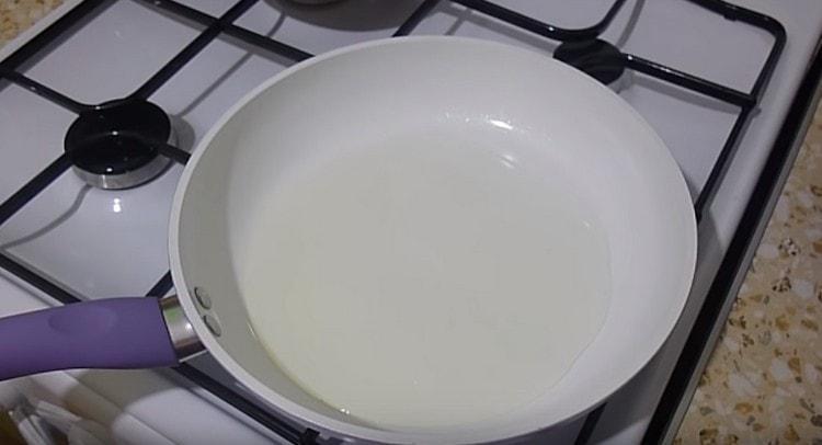Разогреваем растительное масло на сковороде.