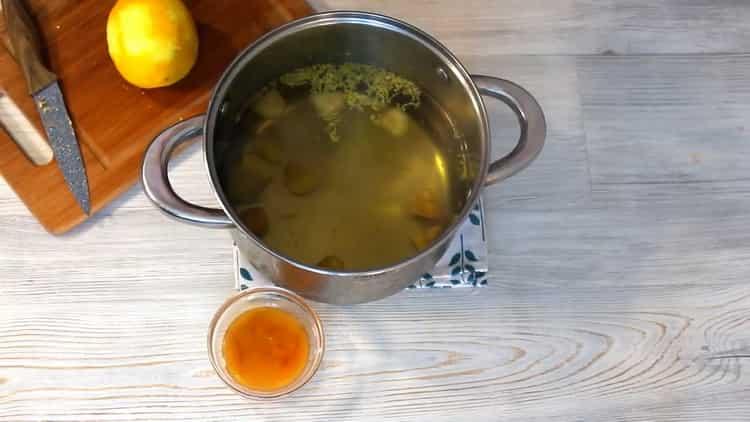 Витаминный напиток из воды с лимоном и имбирем