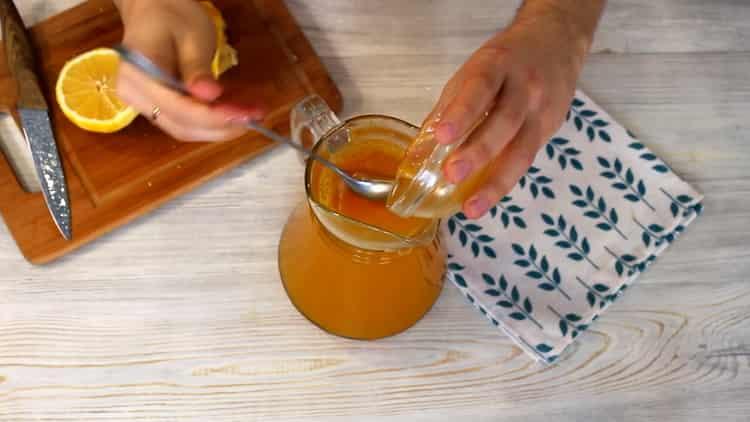 Для приготовления напитка добавьте мед