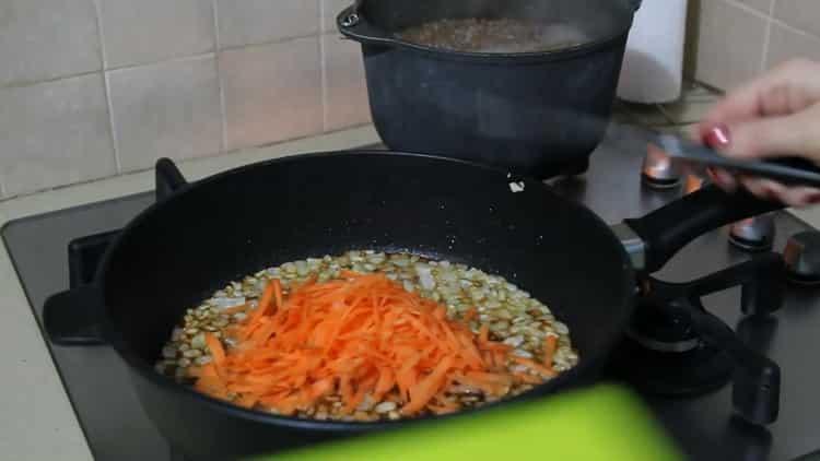 Для приготовления гречки с грибами и луком обжарьте лук