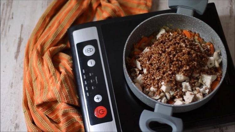 Для приготовления гречки смешайте ингредиенты