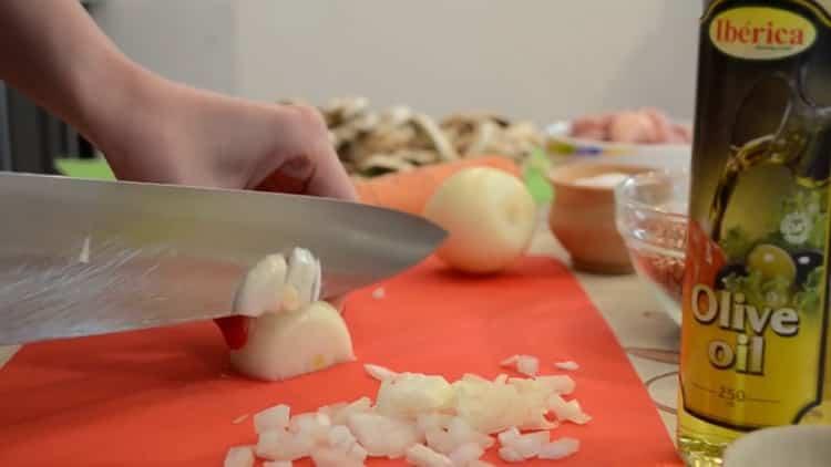 Для приготовления гречки нарежьте лук
