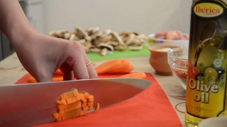 Для приготовления гречки нарежьте грибы