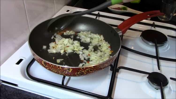 Для приготовления гречки обжарьте лук