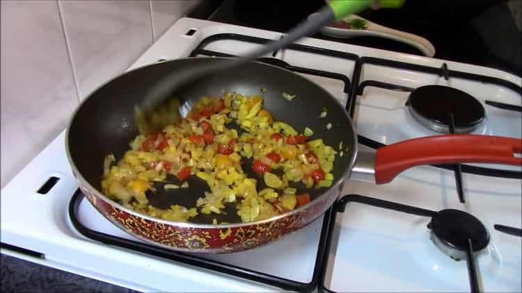 Для приготовления гречки обжарьте ингредиенты