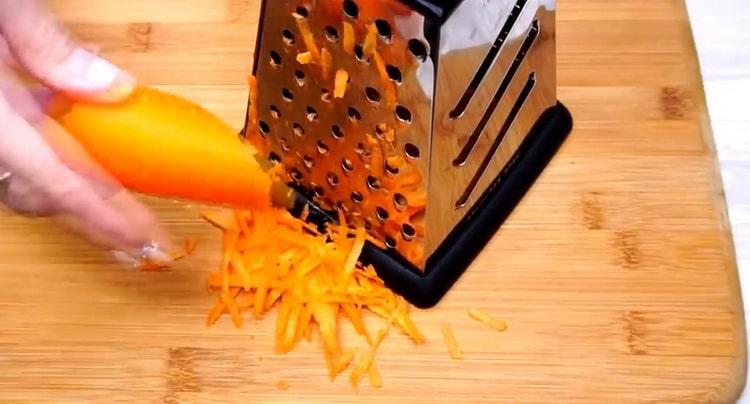 Для приготовления гречки натрите морковь