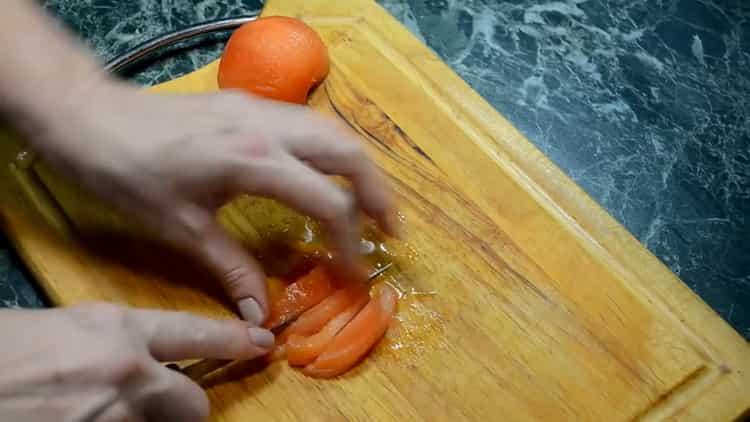 Для приуготовления блюда нарежьте помидоры