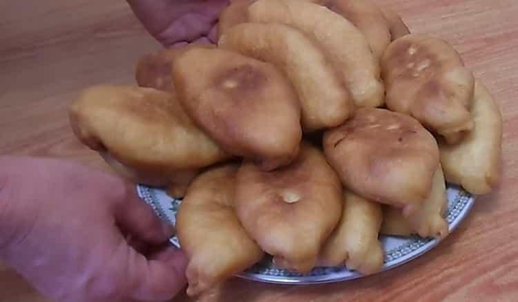жареные пирожки с яблоками готовы