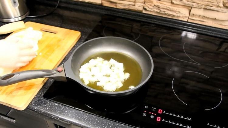 Для приготовления тортильи обжарьте лук