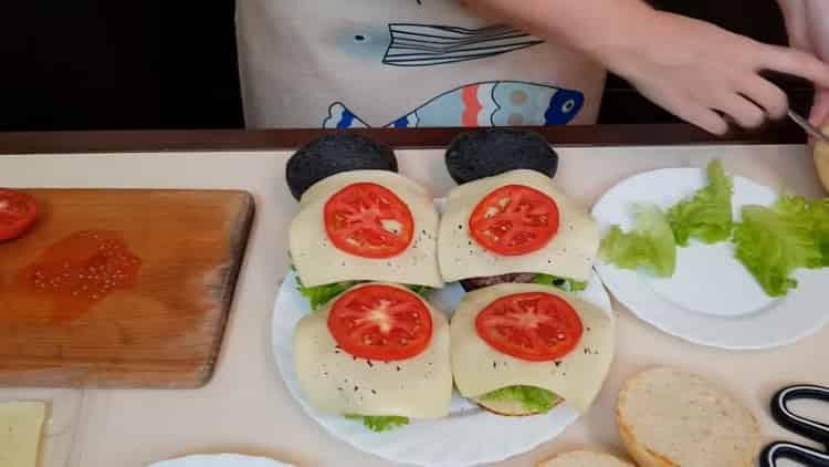 Для приготовления бургеров нарежьте помидоры