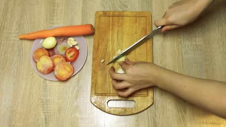Для приуготовления блюда нарежьте лук
