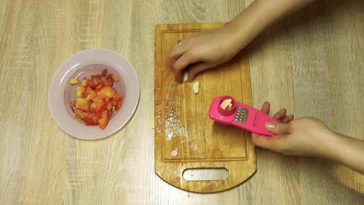 Для приуготовления блюда натрите чеснок