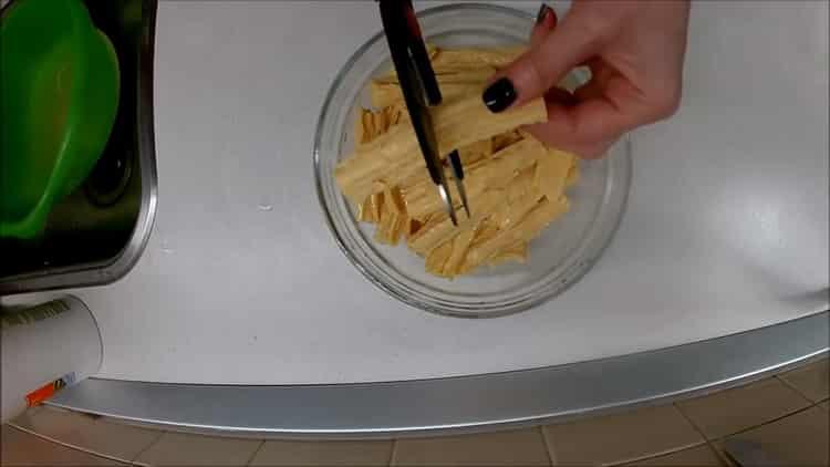 Для приготовления спаржи нарежьте ингредиенты