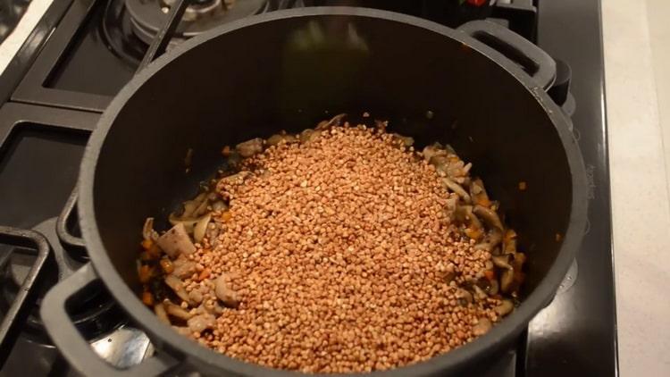 Для приготовления гречки добавьте крупу