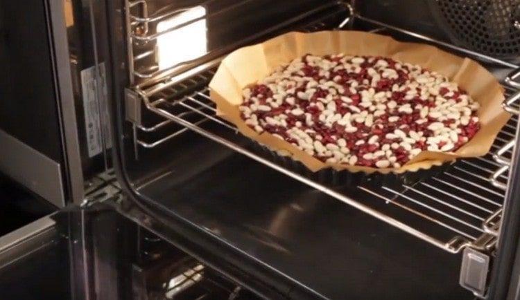 выпекаем основу для пирога.