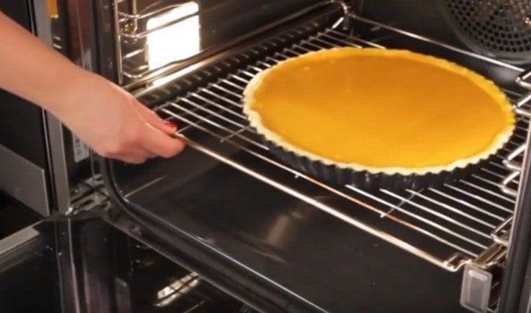 Ставим пирог в духовку.