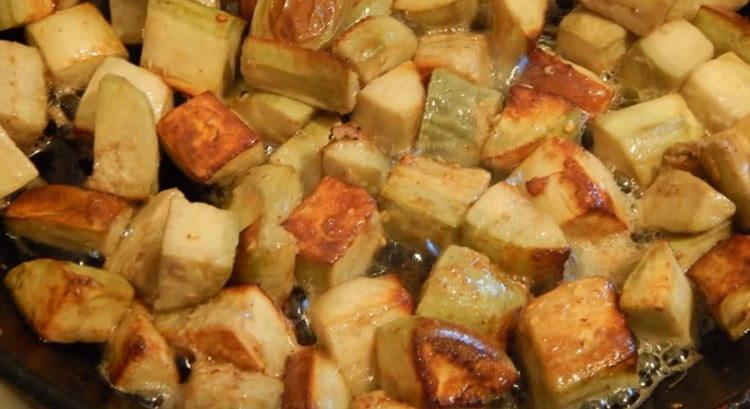 На растительном масле обжариваем баклажаны в яйце до румяности.