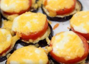 Запекаем вкуснейшие баклажаны с помидорами и сыром в духовке.