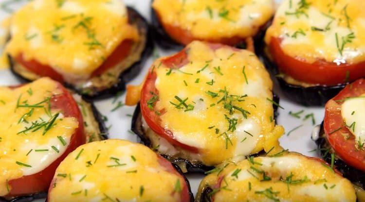 Готовые баклажаны с помидорами и сыром можно посыпать измельченным укропом.