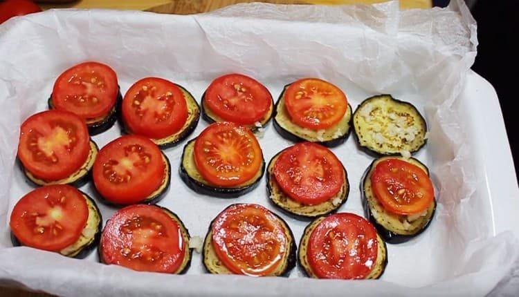 Поверх каждого кружочками баклажана выкладываем кружочек помидора.
