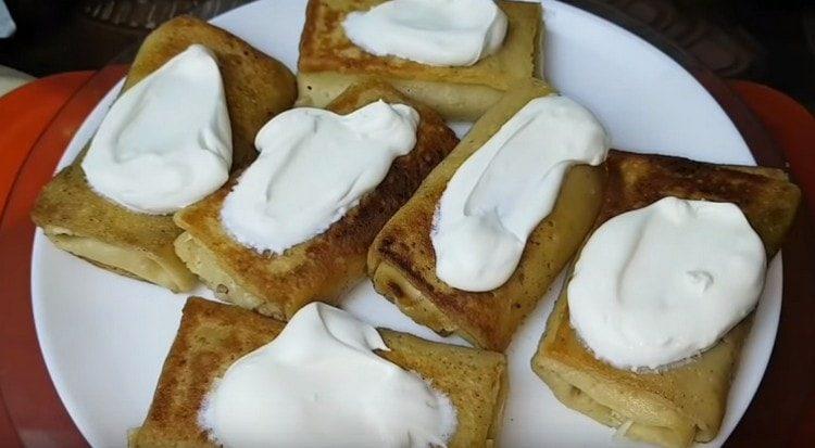 При подаче блины с куриной печенью можно смазать сметаной.