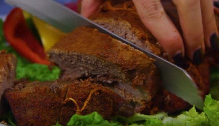 Мясо получилось сочным и очень ароматным.