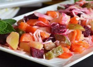 Готовим вкусный и сытный винегрет: классический рецепт с крашеной капустой.