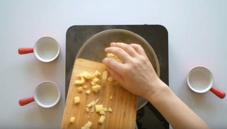 Нарезаем кубиком картофель и варим его с добавлением уксуса.