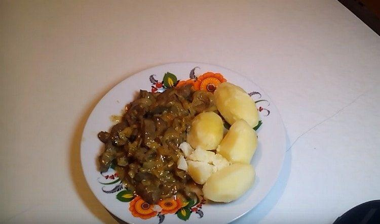 Говяжья печень, приготовленная в сметане с луком, хорошо дополнит любой гарнир.