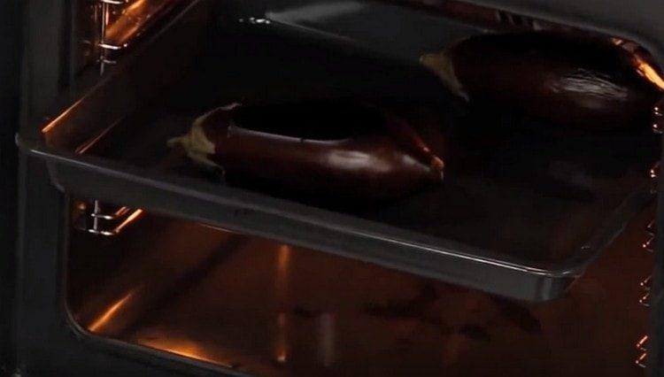 Баклажаны запекаем в духовке.