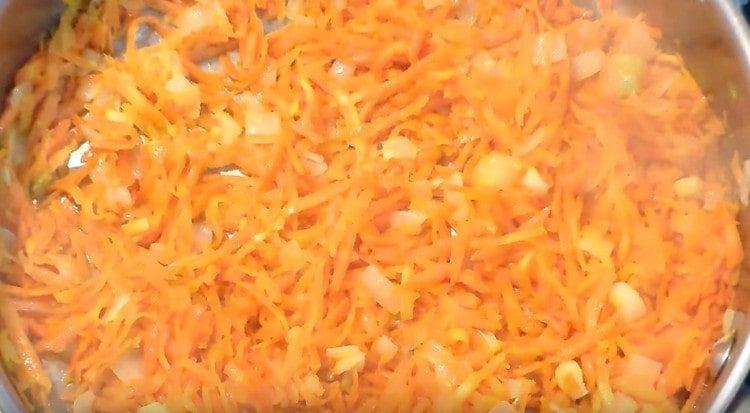 К луку добавляем морковь.