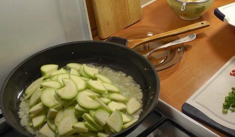 Выкладываем на сковороду нарезанные кабачки.