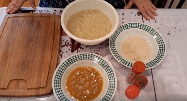 Отдельно взбиваем яйцо, на тарелку насыпаем панировочные сухари.