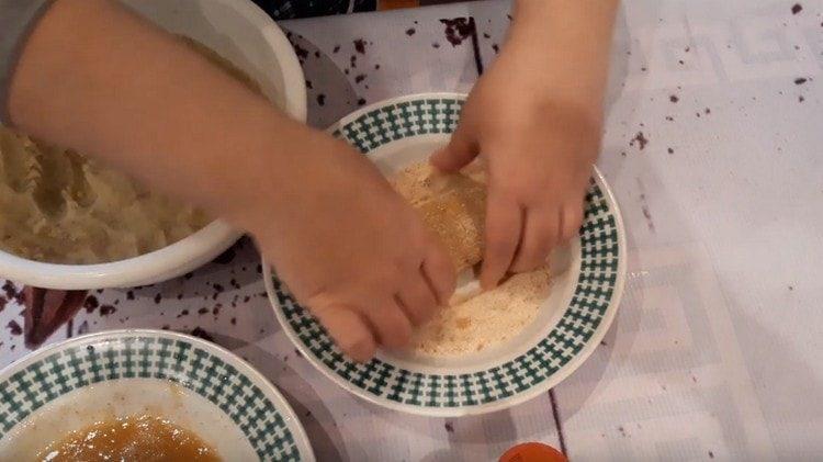 Каждую котлету обмакиваем в яйцо, а потом обваливаем в панировочных сухарях.