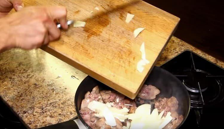 К печени добавляем нарезанный лук.