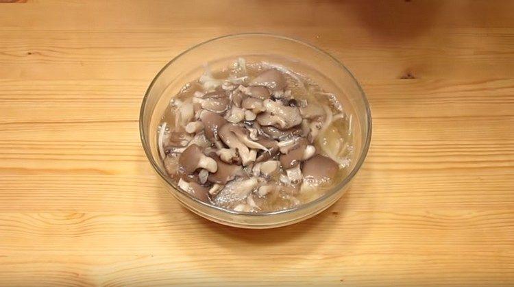 выкладываем лук в миску и выливаем в нее грибы с маринадом.