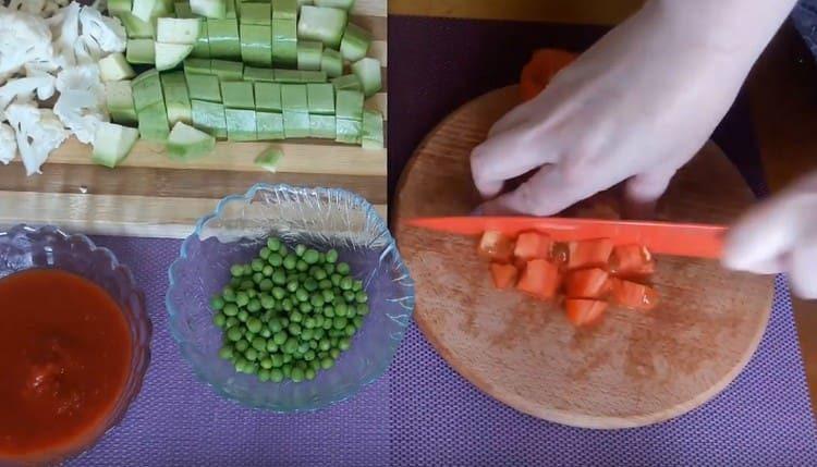 Нарезаем кубиком помидор.
