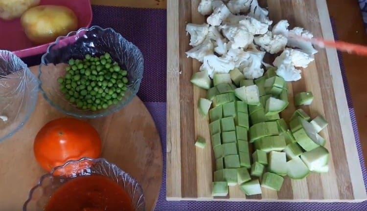 Режем цветную капусту.
