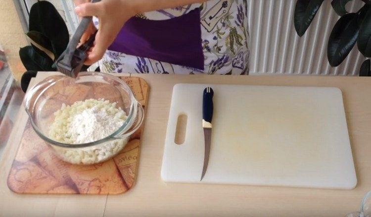 Выдавливаем чеснок в капустную массу.