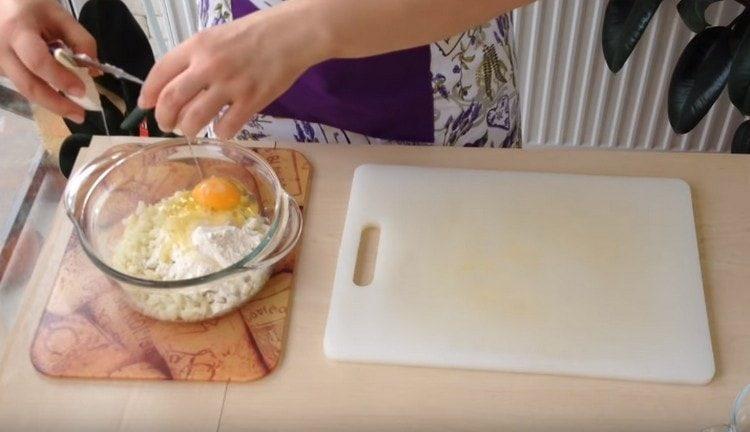 Выбиваем в капустное тесто яйцо.