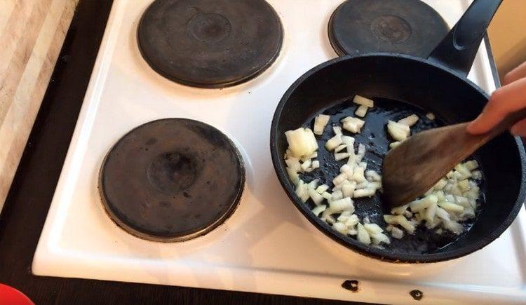 Обжариваем лук на сковороде.