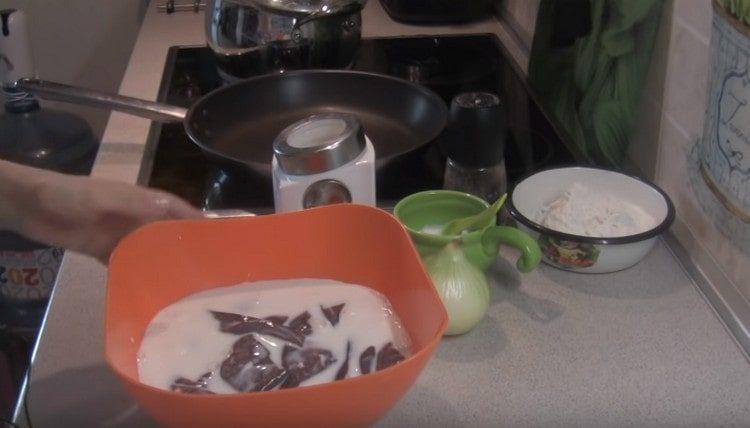 Печень режем на кусочки и заливаем их молоком.