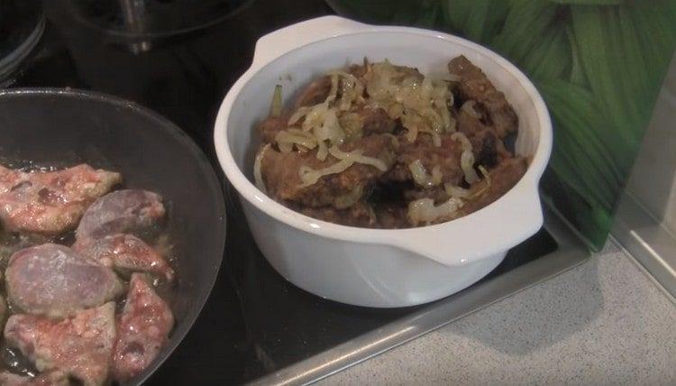 Приготовленную по такому рецепту свиную печень посыпаем обжаренным луком.