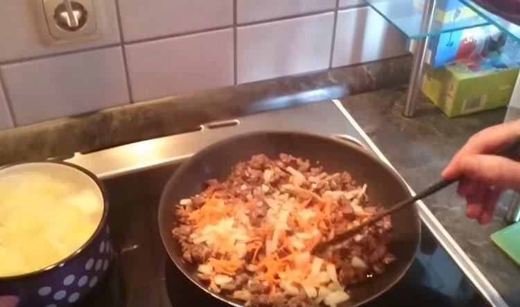 Добавляем овощи к печени на сковороду.