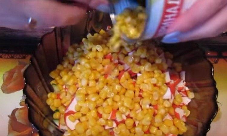 Добавляем в салат консервированную кукурузу.